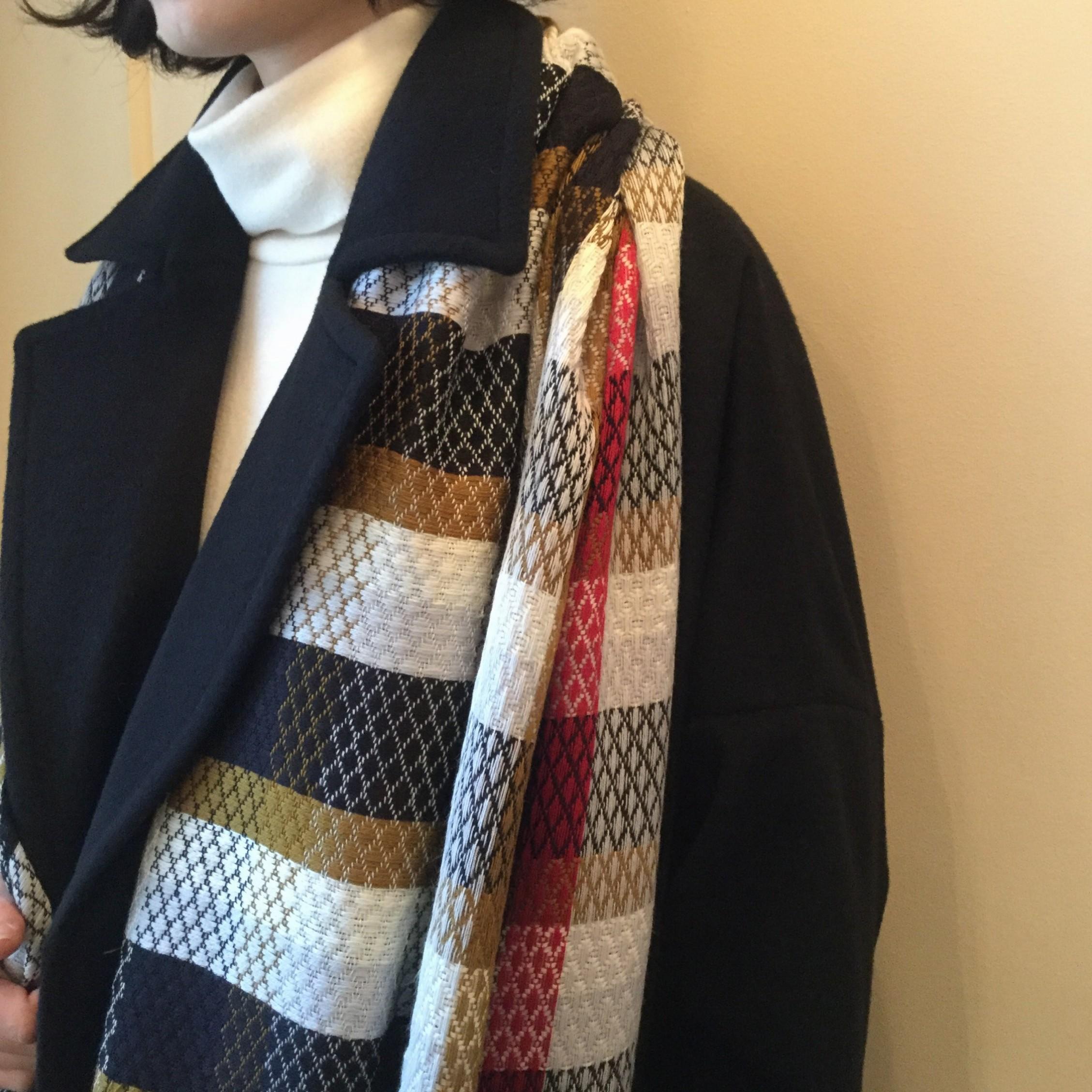 秋冬mii(ミー)の手紡ぎの糸を使用した手織りのウールのストールです